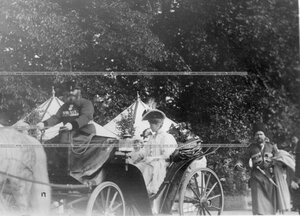 Императрица Александра Федоровна с сыном цесаревичем Алексеем направляется на парад полков.