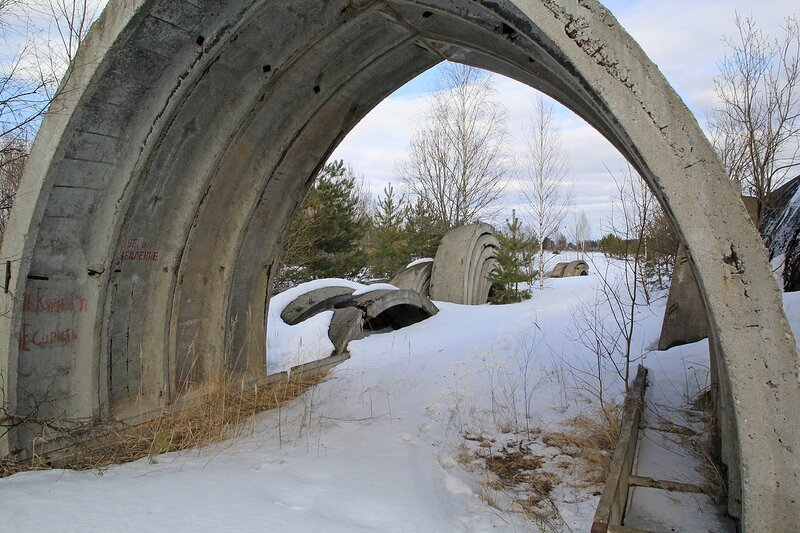 остатки бетонного ангара