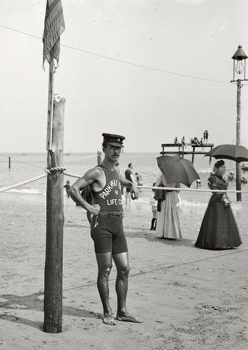 Блюститель порядка на пляже, следящий за длиной женских купальных костюмов.