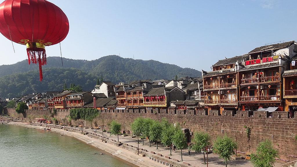 Старинная стена в городе Фенхуан