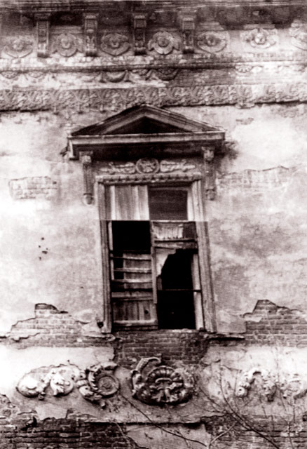 Окно храмовой части Владимирской церкви