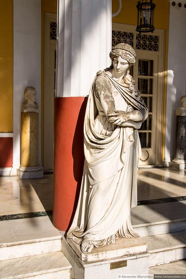 Статуя музы во дворце Ахиллеон