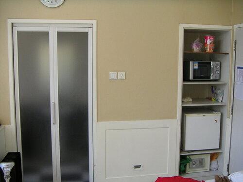 Внутри палаты - дверь в санузел и ниша