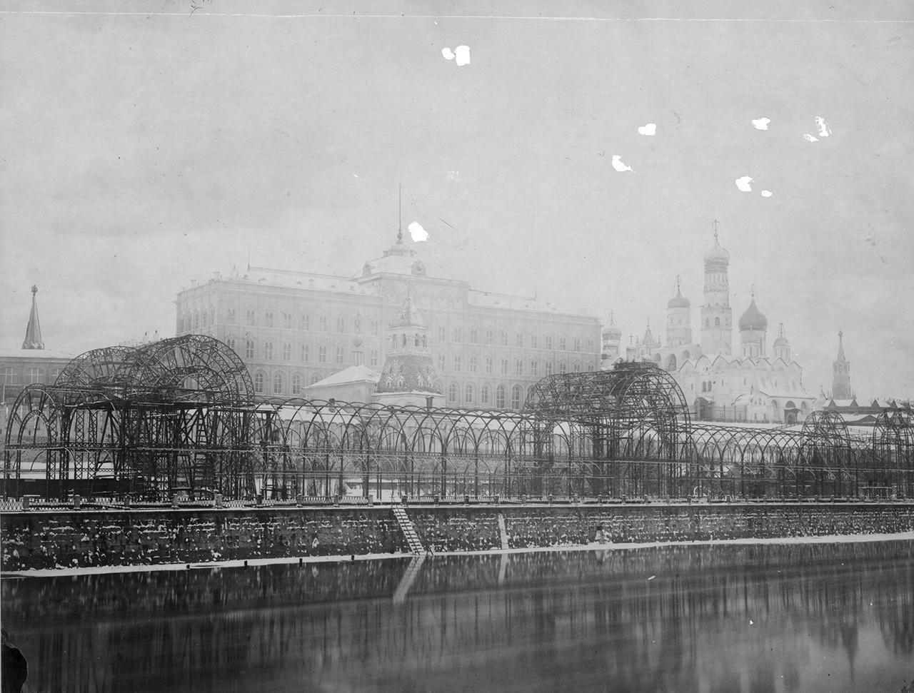 Кремлевская набережная. Строительство выставочного павильона