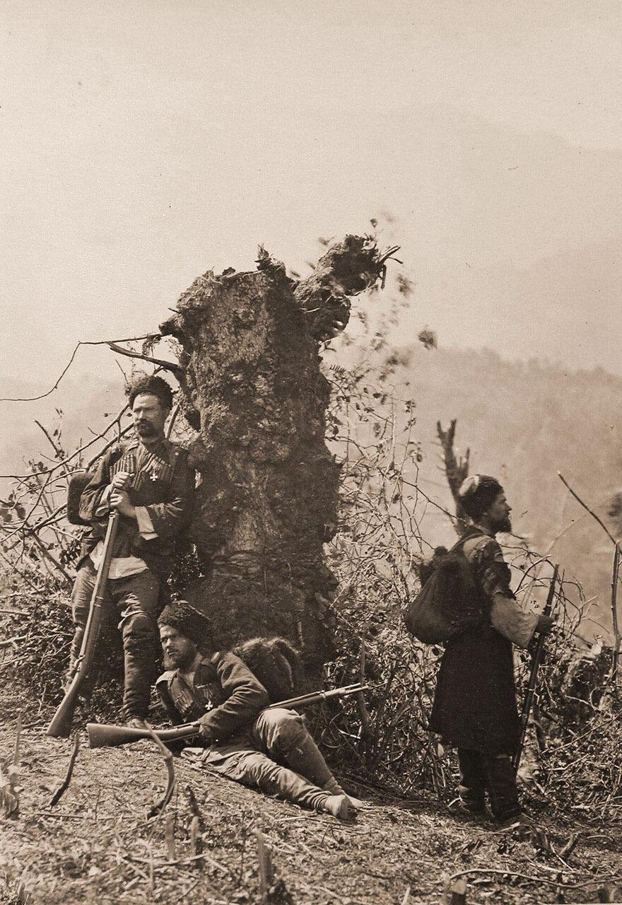 Группа пластунов-охотников бойцов грузинской дружины - в походном лагере на Кавказском фронте