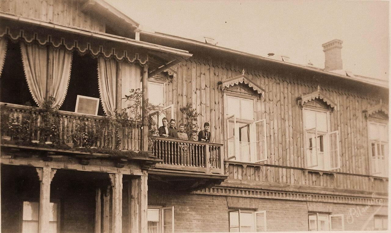 04. Императрица Мария Федоровна (крайняя справа) и члены императорской фамилии на балконе охотничьего замка