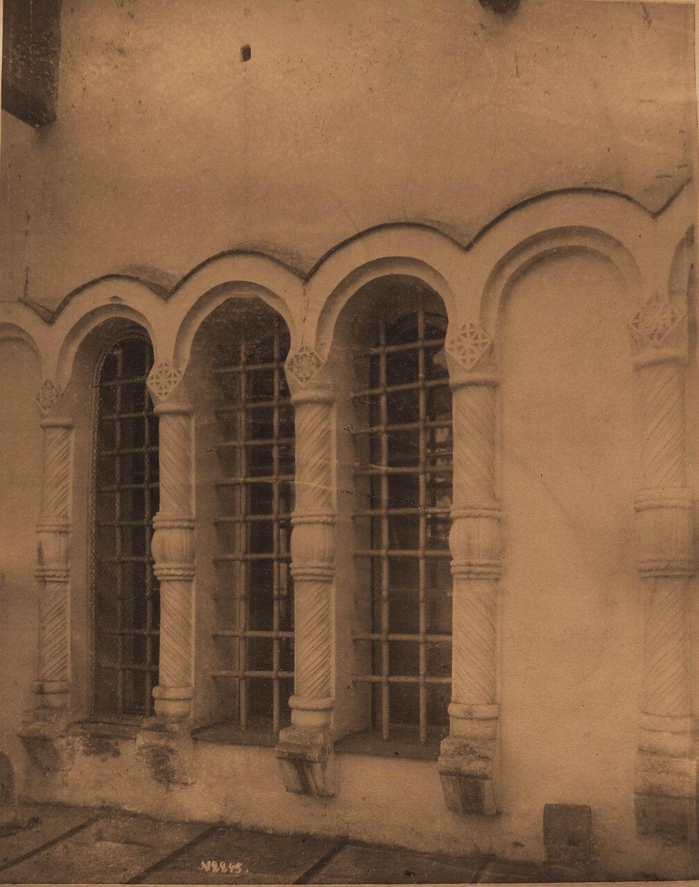 Вид на окно собора Благовещения Пресвятой Богородицы