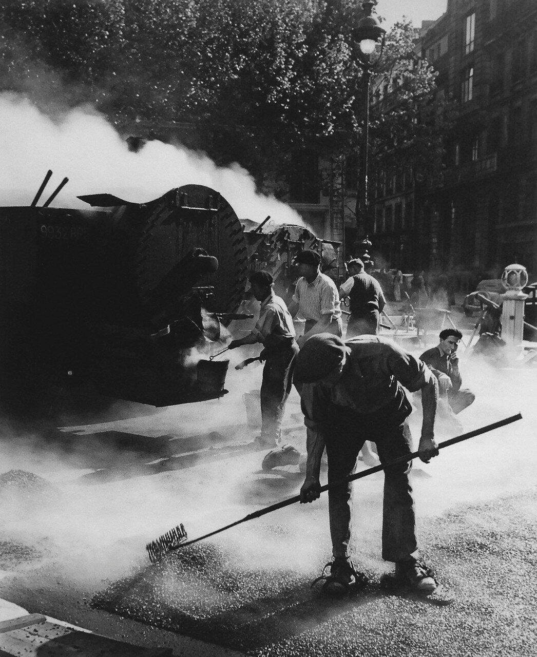 1934. Дорожные рабочие в Париже