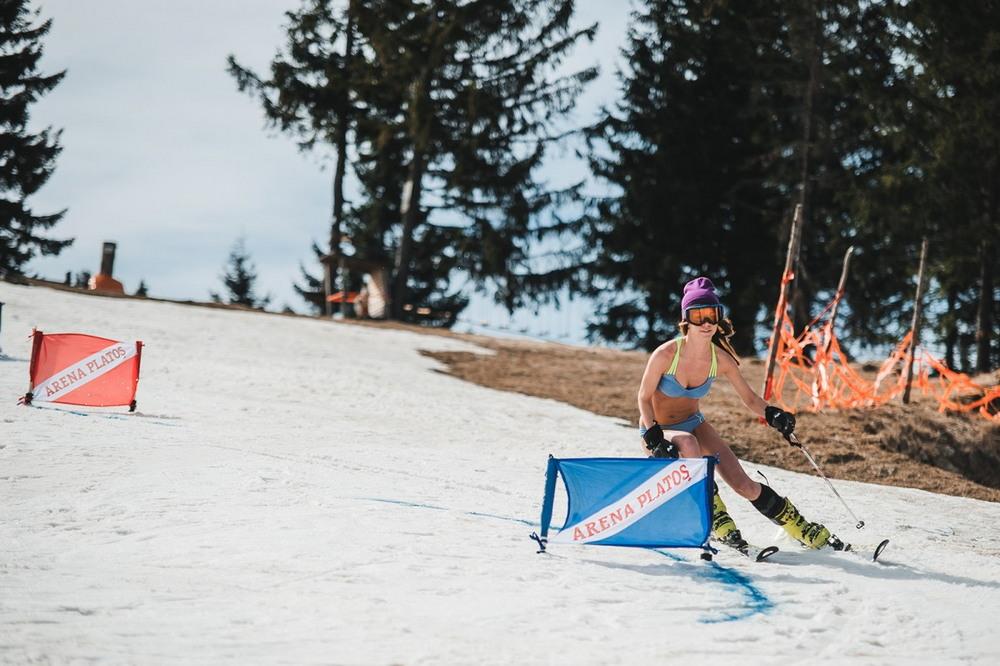 Соревнования по спуску с горы в бикини прошли в Румынии