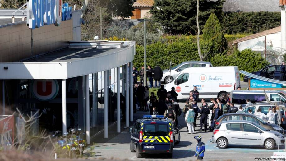 Франция: полицейский, который обменял себя на заложника, умер от ранений