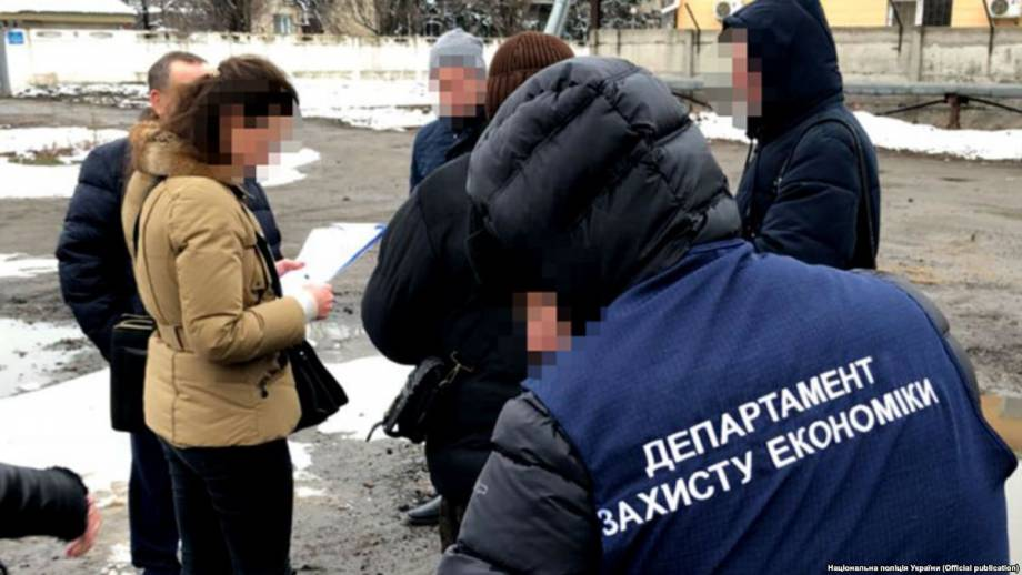 Полиция заявляет о задержании двух должностных лиц «Укрзализныци» за взятку