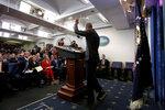 Президент США Барак Обама прощается с присутствующими после своей итоговой пресс-конференции в Белом доме. Вашингтон, США, 18 января 2017 года. Фото: Kevin Lamarque / Reuters