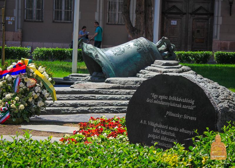 Мемориал жертвам войны на площади в Секешфехерваре