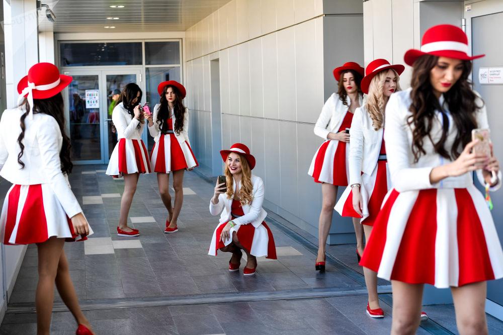 Грид-девушки готовятся выйти на трассу до начала Гран-при Формулы-1 в Йонгаме 16 октября 201