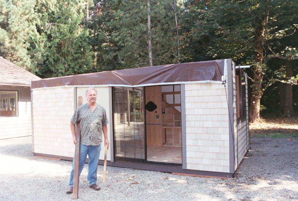 Домик можно перевозить: крыша ичасть стен унего легко разбираются, аоставшееся помещается вбольш