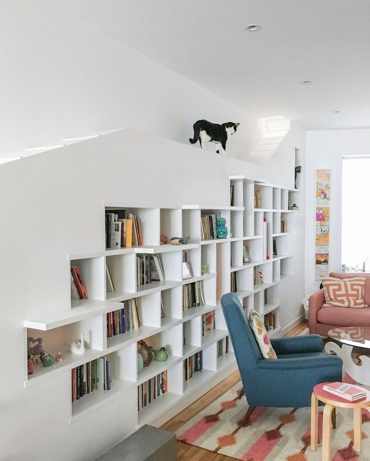 Так родилась идея стеллажа для книг со множеством полок, растянутого по всей стене. Изготовленная на