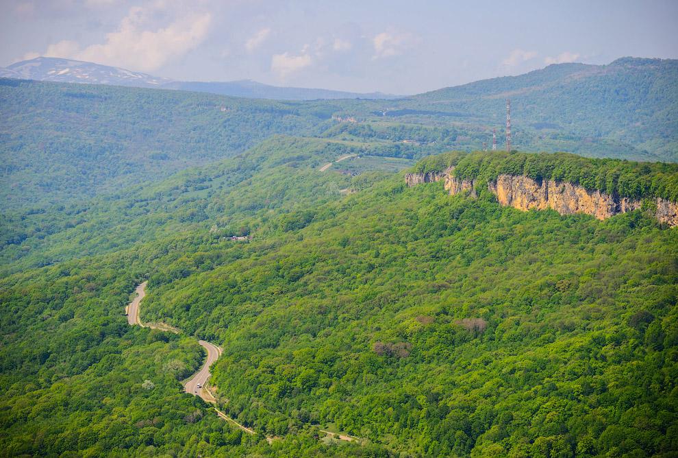 4. На горизонте видны заснеженные вершины, ограничивающие плато и возвышающийся над ними Оштен (одна