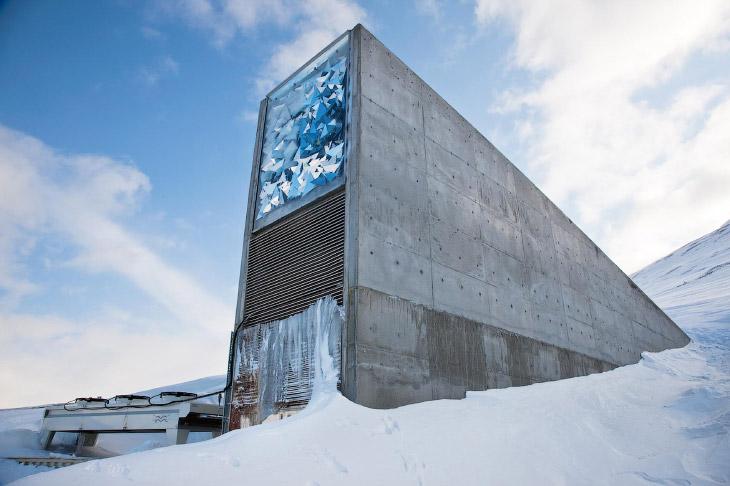Путешествие по «Хранилищу Судного Дня»: самый важный холодильник на Земле (5 фото)