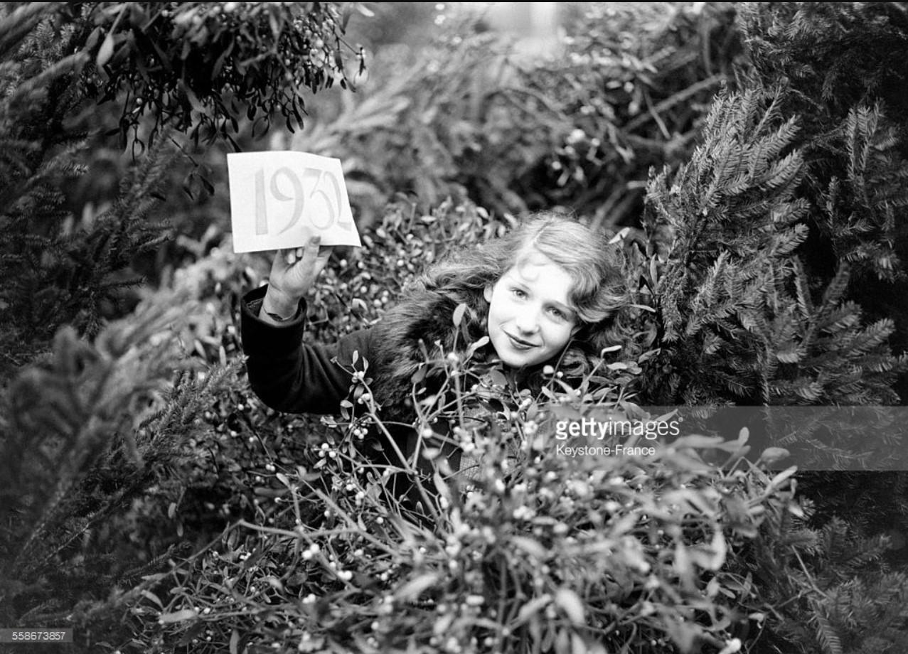 1931. Очаровательная парижанка, чья соблазнительная улыбка обещает нам счастливый Новый 1932 год. 31 декабря