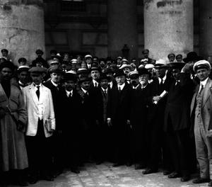 Группа участников Государственного совещания у здания Большого театра  Москва, 12 (25) — 15 (28) августа 1917