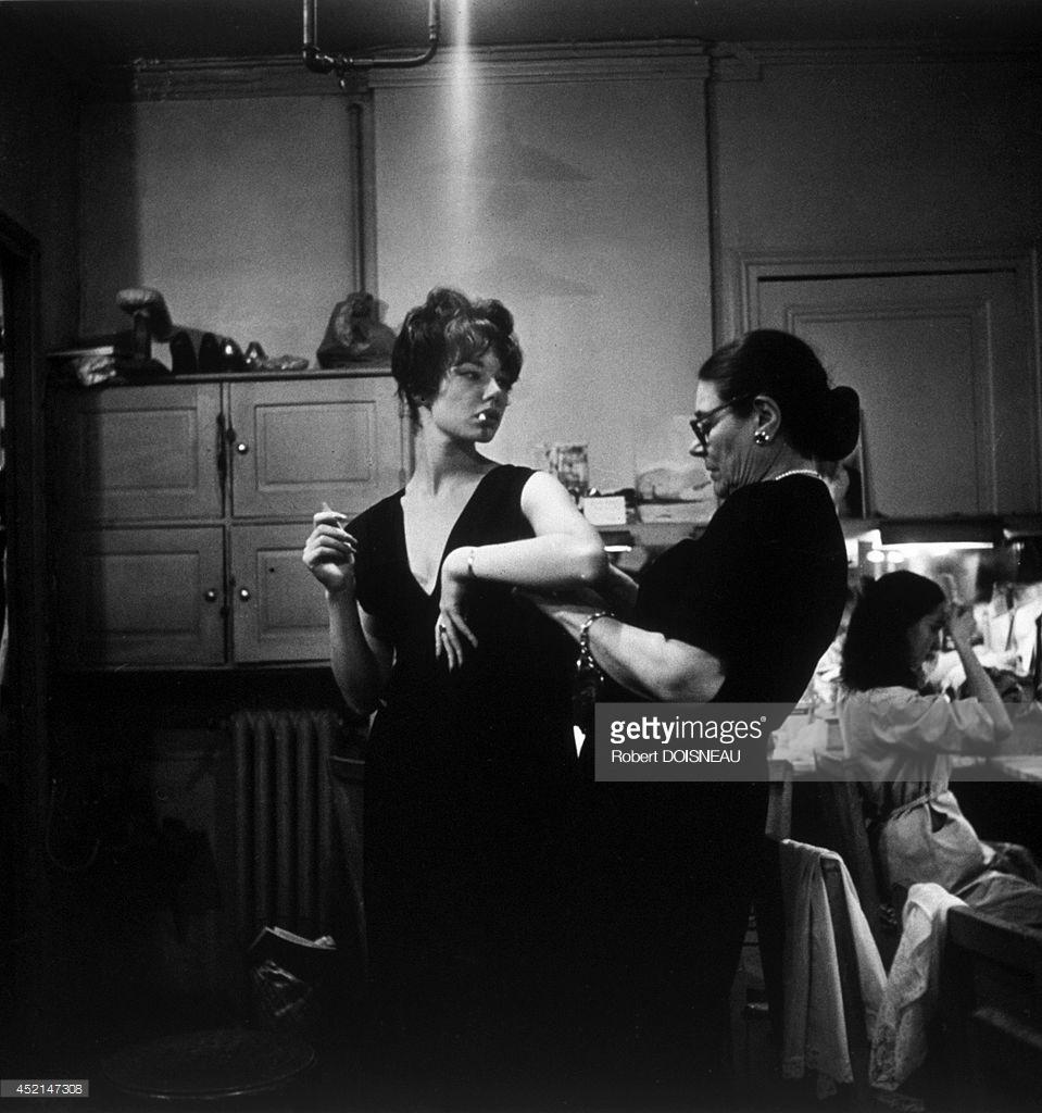 1958. Показ мод «Ланвен». Модели готовятся за кулисами перед выходом