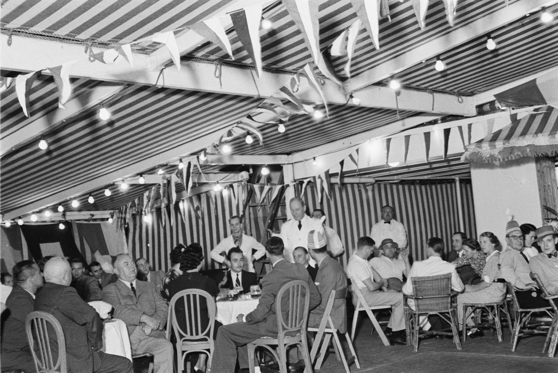 Бальный зал с гостями за столиками и официантами