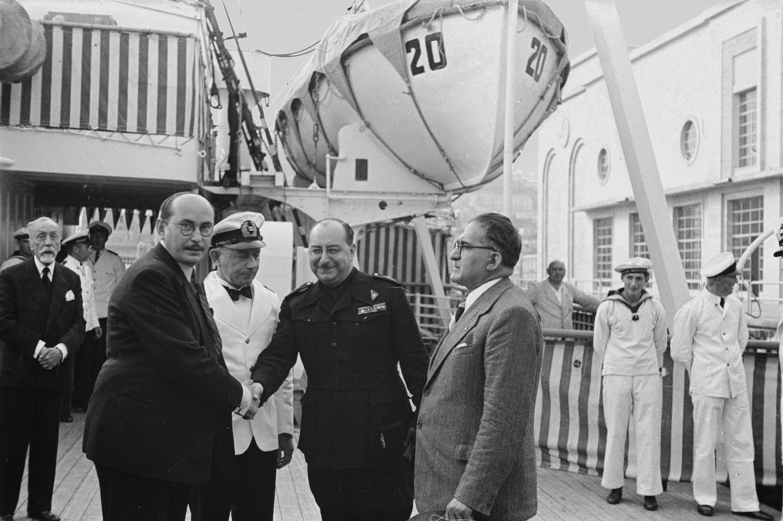 Средиземноморский круиз. Встреча с итальянскими военными во время стоянки судна в порту Неаполя