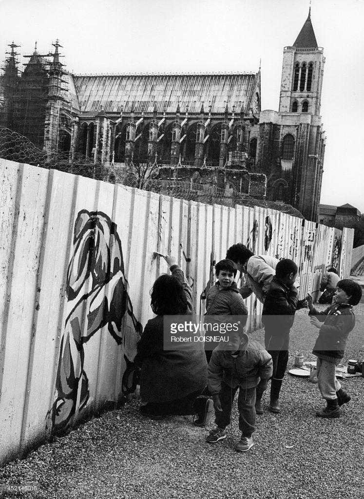 1987. Дети рисуют на заборе перед базиликой в Сен-Дени