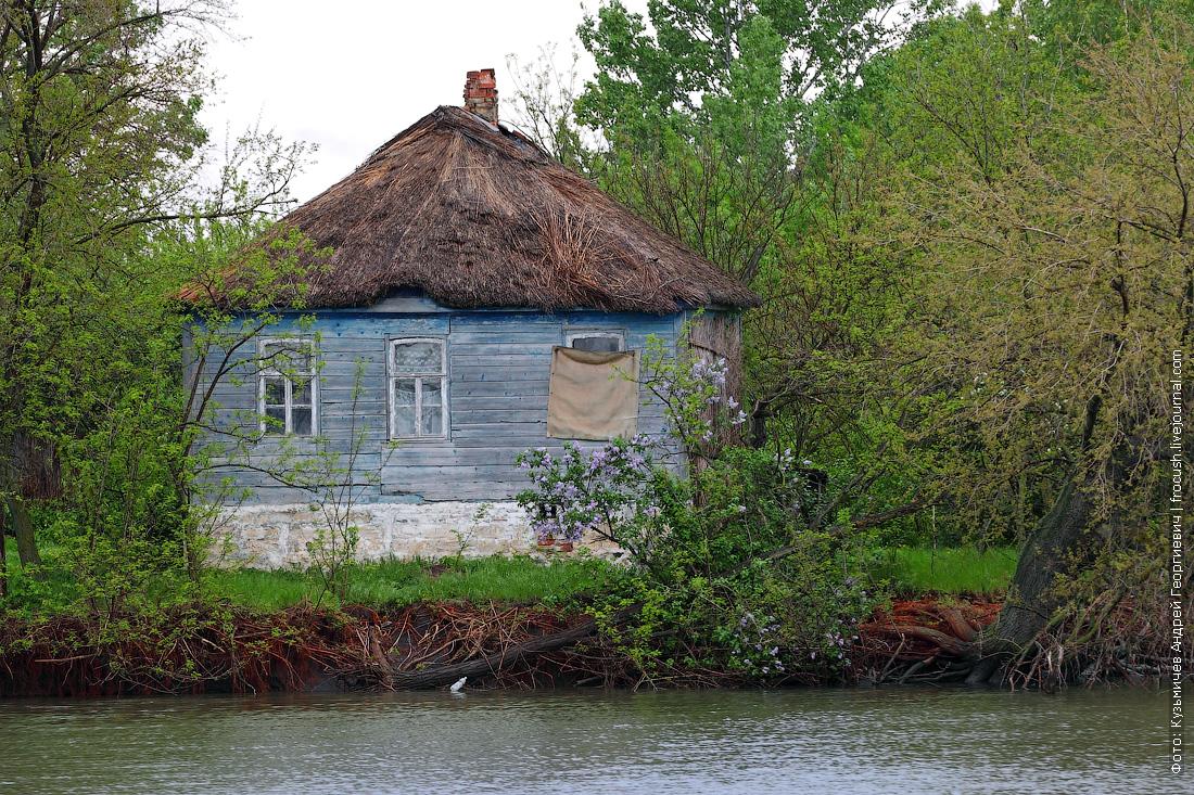 типичное жилище в низовьях Дона: стены из известняка, камышовая крыша, снаружи дом обшит деревянными дощечками