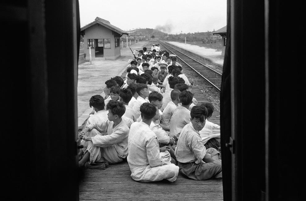 Южнокорейские новобранцы отправляются на тренировочную базу, чтобы потом вступить в бой против северокорейских солдат, 17 июля 1950 года. (AP Photo).jpg