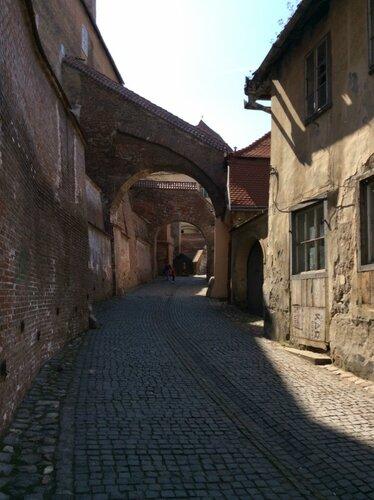 средневековая улочка ведущая к собору.JPG