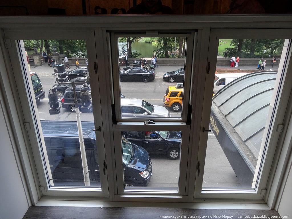 Ну нельзя жить на оживленной улице с таким видом из окна. За 25 млн долларов так точно.