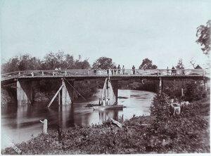 Местные жители на мосту через реку Большой Такой.