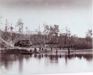 Местные жители за ловлей кеты на реке Большая Тымь.