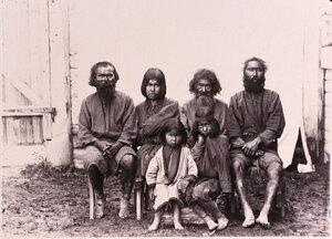 Группа местных жителей-айнов.