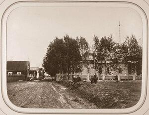 Местные жители у здания Мариинской больницы ведомства путей сообщения;справа-церковь.