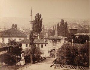 Вид на Северные въездные ворота с надвратной башней и свитским корпусом ханского дворца (со стороны р.Чурук-Су); на первом плане слева - Екатерининская миля. Бахчисарай