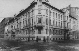 Одно из зданий казармы бригады - офицерские квартиры.