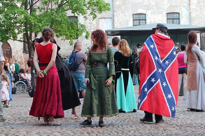 участники фестиваля «Майское дерево 2014»: девушки и конфедерат