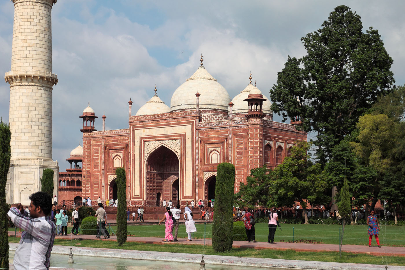 Фотография 13. Комплекс мавзолея Тадж Махал находится в городе Агра. Отчет о поездке по Золотому треугольнику Индии.