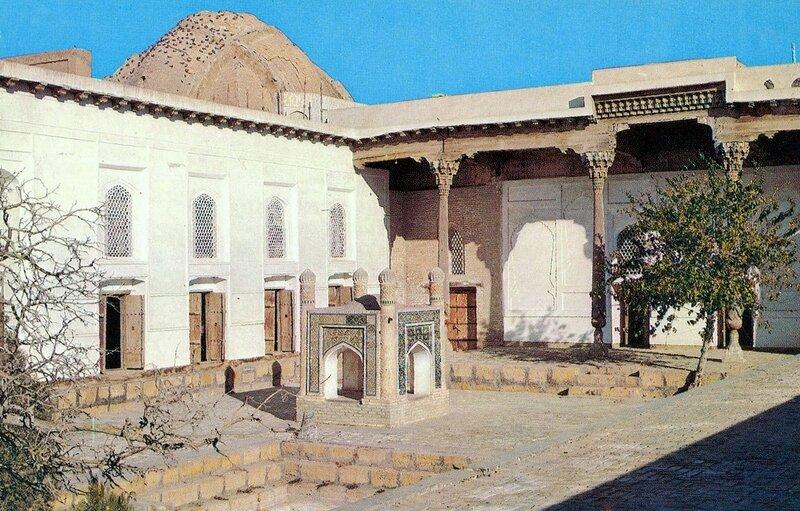 1982-83 Бухара. Баха ад-Дин ансамбль, внутренний двор.jpg