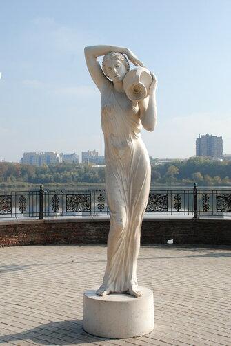 Статуя девушуки с кувшином. Парк Щербакова, Донецк, Украина