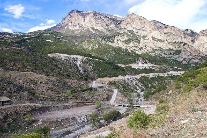 дорога к радарам на гору в горах инь шань, внутренняя монголия, китай