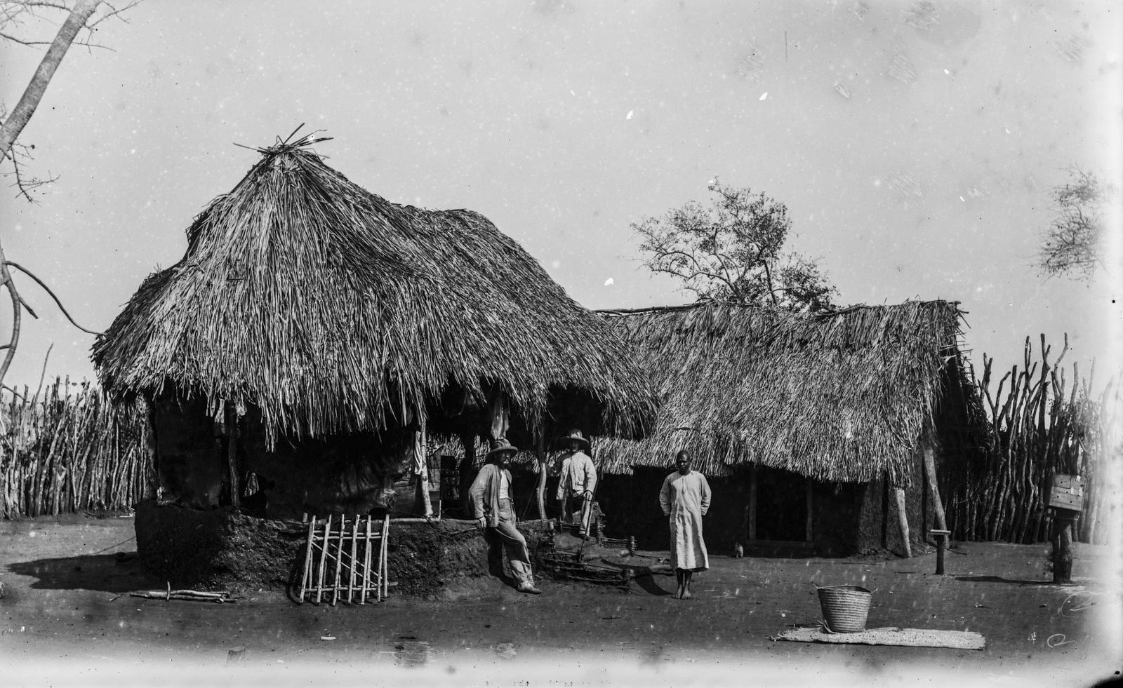 354. Исследователи возле дома на станции немецкого общества Восточной Африки (ДОАГ) в Мафи