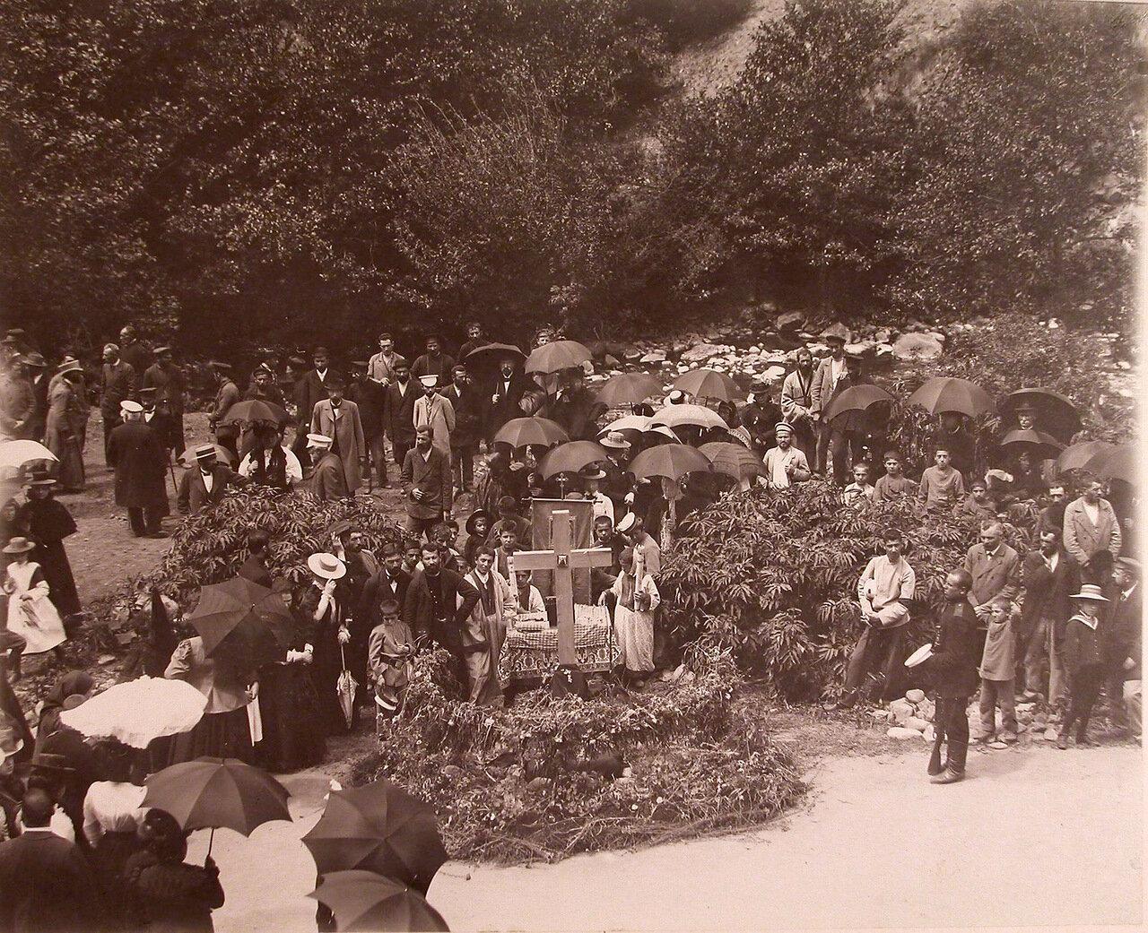 Местные жители во время панихиды на месте кончины великого князя Георгия Александровича