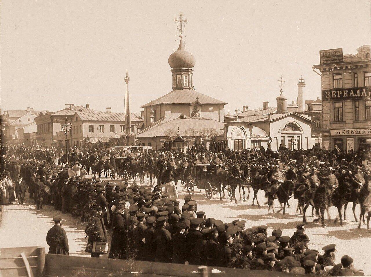 Экипажи и кареты с дворцовыми чинами проезжают к Лубянской площади по Мясницкой улице в дни коронационных торжеств; в центре - церковь Гребневской Божией матери