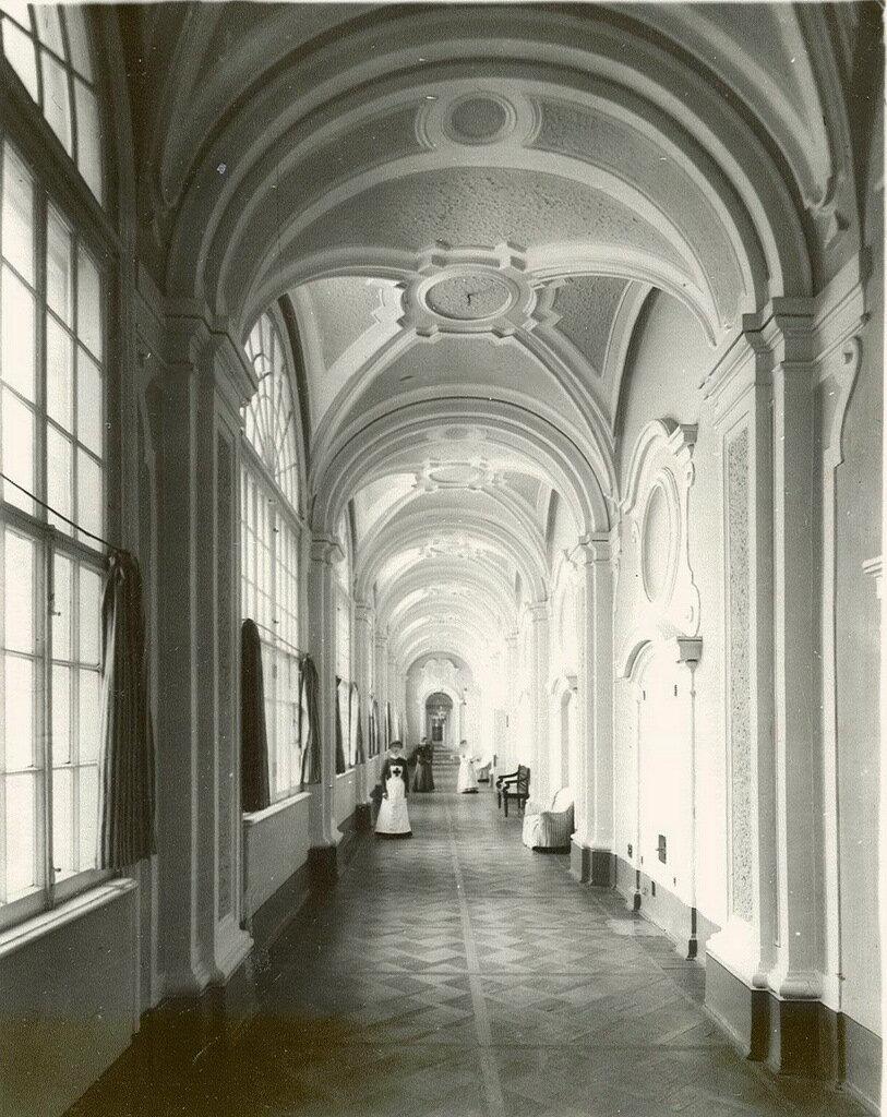 24. Галерея 2-го этажа жилого флигеля Смольного института