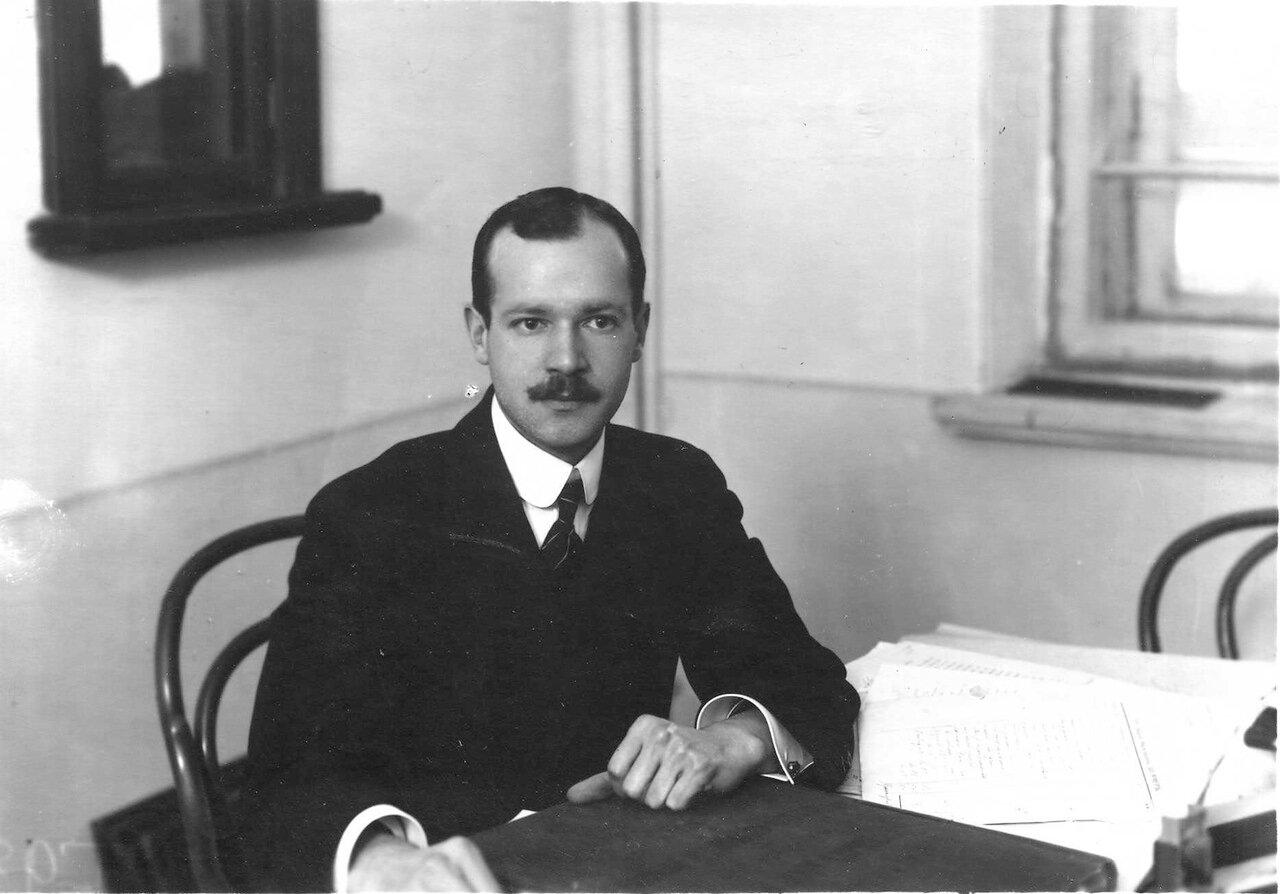 Чистович Н. Я. - профессор, заведующий кафедрой судебной медицины, в своем рабочем кабинете за столом