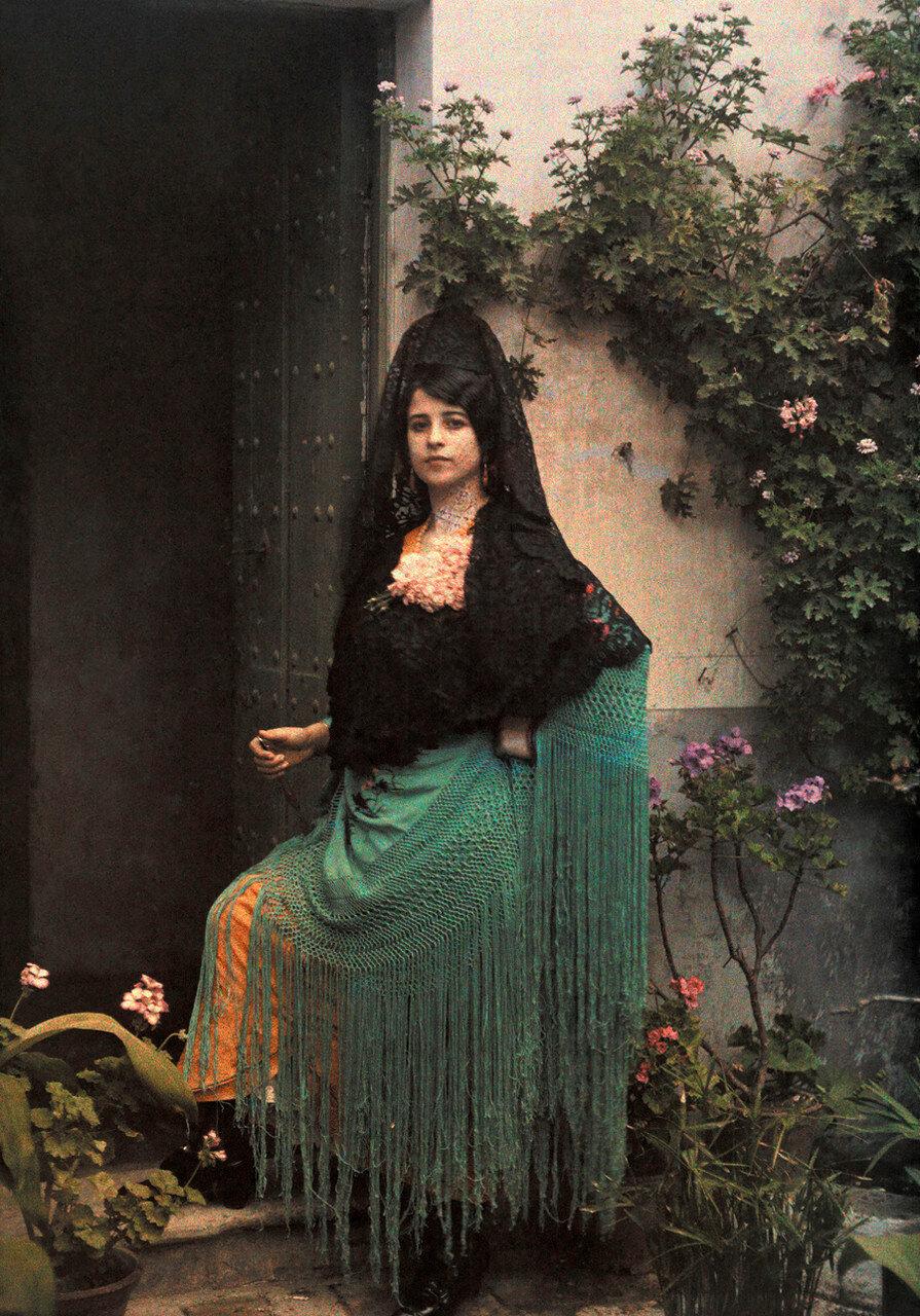 1924. Испания. Женщина в дверном проеме