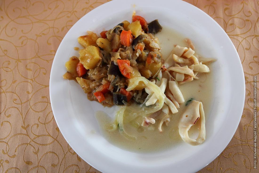 тушеные кальмары с тушеными овощами